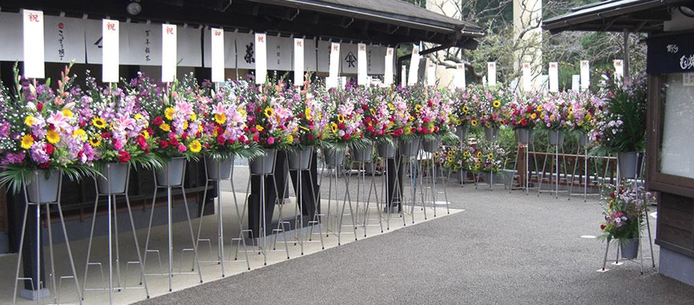 並ぶスタンド生花